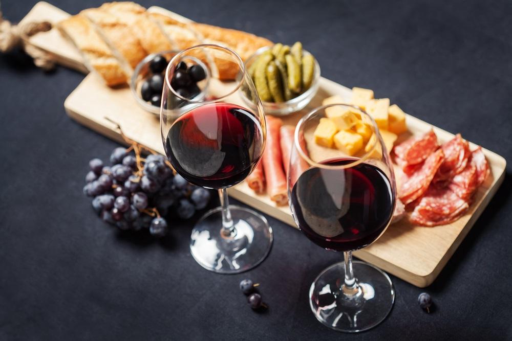 赤ワインと生ハムのテーブル