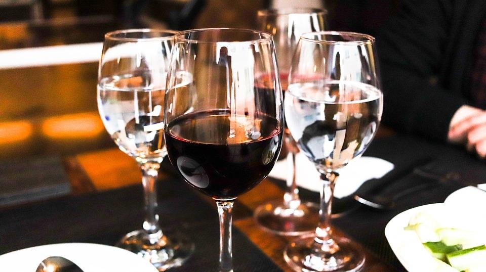 ワイングラスに赤ワイン