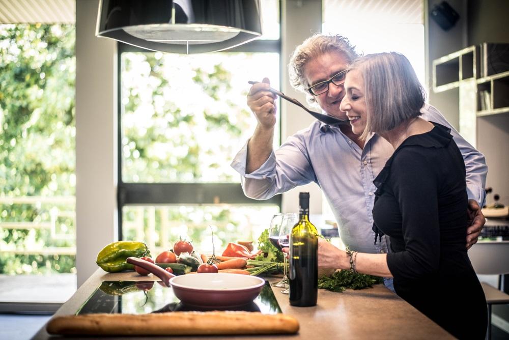 台所で料理をしながら飲む夫婦